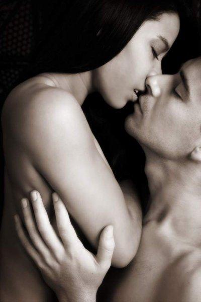Ein Paar beim Küssen