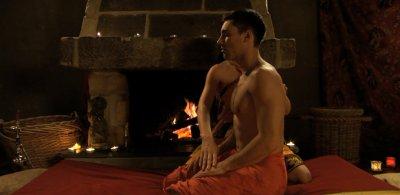 Wiegen des Körpers von der Seite (Screenshot aus der DVD Anleitung Prostata-Massage, Dirk Liesenfeld)
